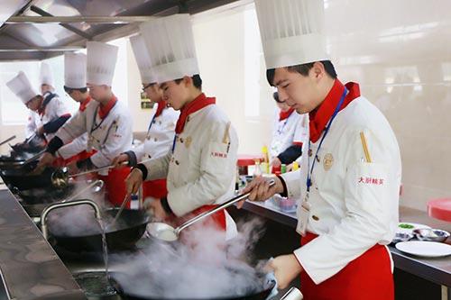 学厨师,是到酒店学好还是厨师学校学好?)