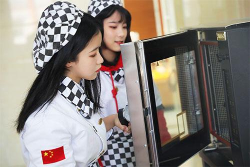 西点烘焙行业前景如何?西点师一般月薪多少钱?)