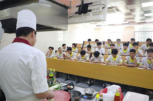 学厨师直接去正规厨师培训学校吗?