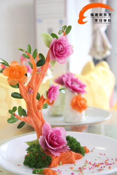 烹饪学校开设的食品雕刻艺术专修班中,你可以学到花、鸟、鱼、虫